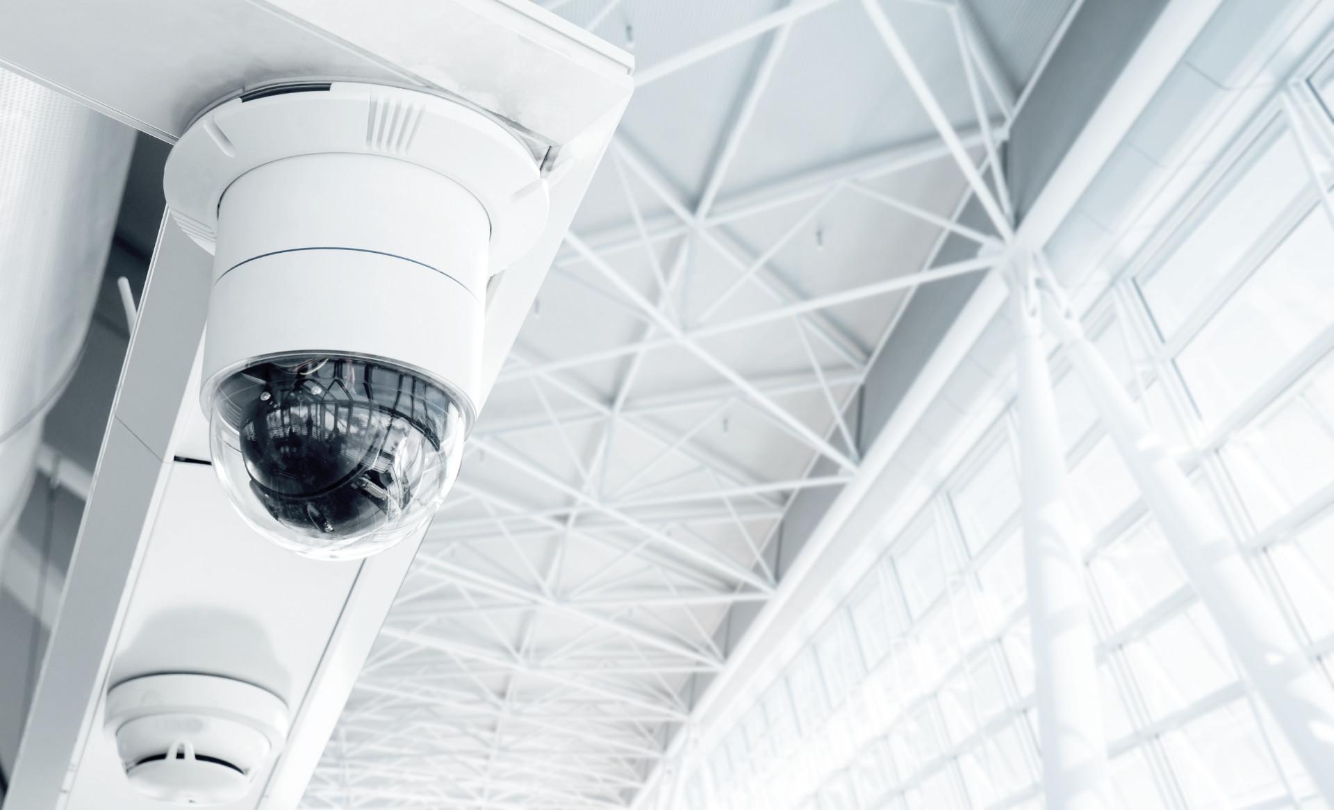 kameraövervakning med stationära eller nätverksbaserade system med lagring på hårddisk eller i molnet.